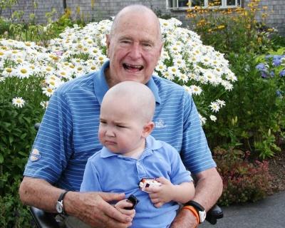 Буш-старший побрился наголо ради больного ребёнка